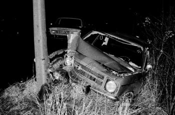 19721204 Unfall Bovenden PKW gegen Baum