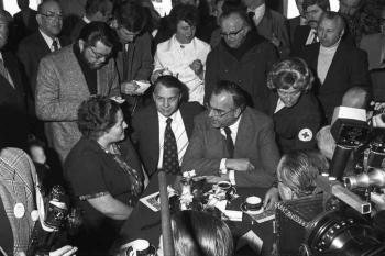 19760000 Friedland, Kohl mit Aussiedlern