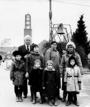 19900103 Friedland Lagerpfarrer Achilles mit Aussiedlern aus der UDSSR